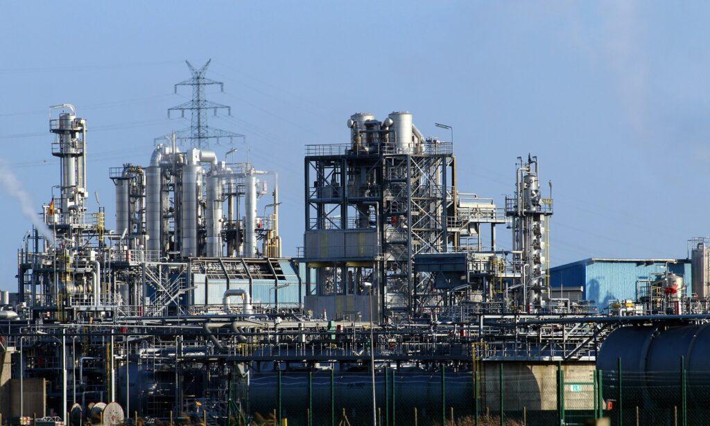 Raffinaderi til behandling af råolie til benzin og diesel