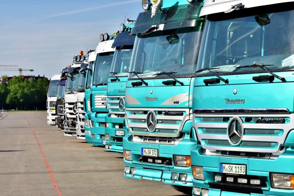 Lastbiler der er tanket med diesel